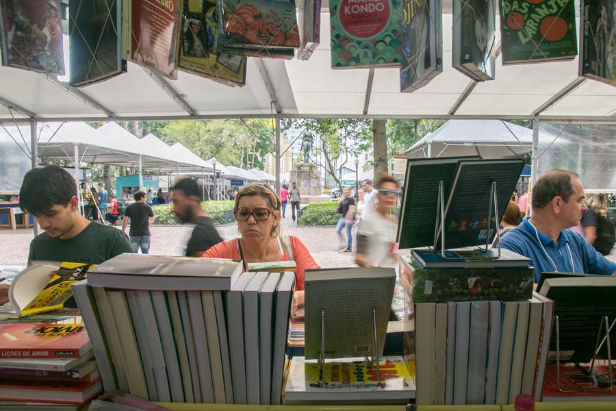 30/10/2015 - PORTO ALEGRE, RS, BRASIL - Abertura da 61ª Feira do Livro de Porto Alegre movimenta saldos | Foto: Caroline Ferraz/Sul21