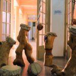 Tambores feitos com árvores desmatadas estão em exposição na Casa de Cultura Mario Quintana
