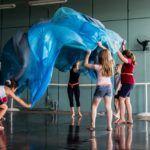 Espetáculo de dança contemporânea 'Pequenices' conta com a participação de crianças