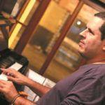 Luiz Mauro convida seus amigos em show com temas executados antes apenas ao piano