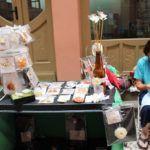 """Feira """"La Movida"""" expõe artesanato com escamas de peixe na Casa de Cultura Mario Quintana"""